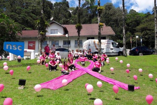 rádio globo promoveu evento do outubro rosa, a caminhada do bem, com subida ao mirante de joinville