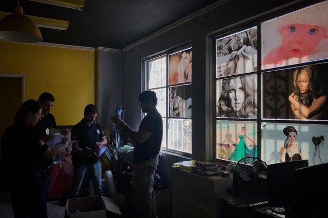 PORTO ALEGRE, RS, BRASIL, 30-10-2018: Operação da Polícia Civil em estúdios fotográficos na região central que aplicavam golpe em idosas. (Foto: Mateus Bruxel / Agência RBS)