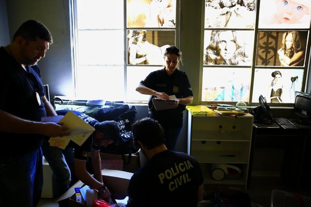 PORTO ALEGRE, RS, BRASIL, 30-10-2018: Operação da Polícia Civil em estúdios fotográficos na região central que aplicam golpe em idosas. (Foto: Mateus Bruxel / Agência RBS)