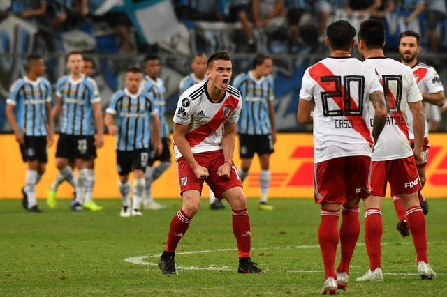 Argentinas River Plate Rafael Borre (C) celebrates his goal scored against Brazils Gremio, during their 2018 Copa Libertadores semifinal match held at Gremio Arena, in Porto Alegre, Brazil, on October 30, 2018. (Photo by NELSON ALMEIDA / AFP)Editoria: SPOLocal: Porto AlegreIndexador: NELSON ALMEIDASecao: soccerFonte: AFPFotógrafo: STF