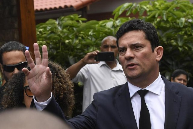 Brazilian Judge Sergio Moro gestures as he leaves the house of Brazilian President-elect Jair Bolsonaro after a meeting, in Rio de Janeiro, Brazil on November 1, 2018. - Anti-graft judge Moro accepted the justice minister post under Brazils Bolsonaro. (Photo by MAURO PIMENTEL / AFP)Editoria: POLLocal: Rio de JaneiroIndexador: MAURO PIMENTELSecao: politics (general)Fonte: AFPFotógrafo: STF
