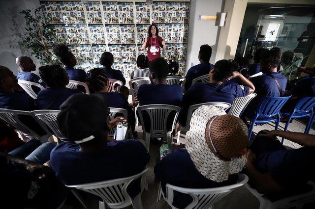 PORTO ALEGRE, RS, BRASIL - Grupo de haitianos que participam das oficinas gratuitas de língua portuguesa promovidas pelo CIEE-RS visitará a Feira do Livro. (Carlos Macedo/Agência RBS)Indexador: Carlos Macedo