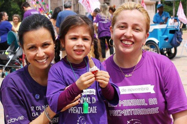 Raquel Azevedo da Silva com a filha Paula, que nasceu prematura, e Denise Suguitani, fundadora e diretora da ONG prematuridade.com