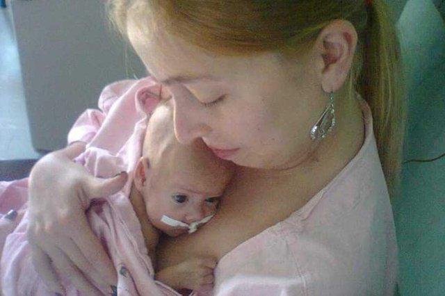 Raquel Azevedo da Silva com a filha Paula, que nasceu prematura