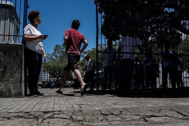 FLORIANÓPOLIS, SANTA CATARINA, BRASIL - FOTO: TIAGO GHIZONI/DIÁRIO CATARINENSE - 11/11/2018 - Segundo dia de Enem movimentado no Instituto Estadual de Educação em Florianópolis. Muitas pessoas precisaram correr para chegar antes dos portões fecharem. (Diário Catarinense/Tiago Ghizoni)