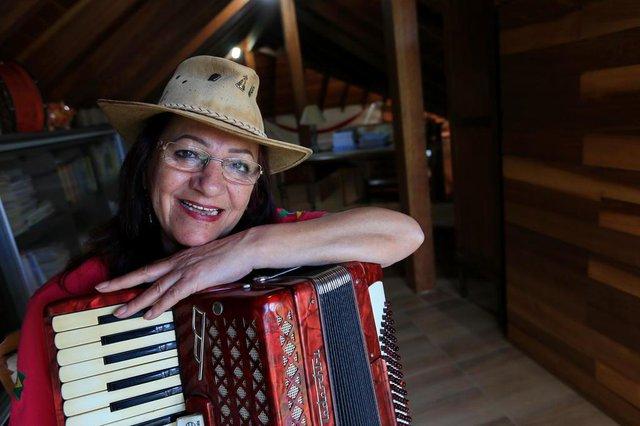 CANOAS, RS, BRASIL, 08/11/2018 - Maria Celoi de 65 anos, se apresenta desde os 10 e participou até de um filme do Teixeirinha. Hoje ela promove encontro de gaiteiras mulheres.(FOTOGRAFO: JÚLIO CORDEIRO / AGENCIA RBS)