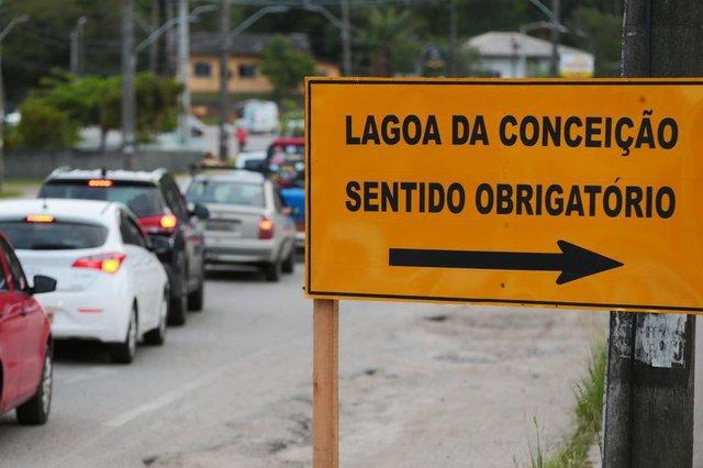 FLORIANÓPOLIS, SC, BRASIL, 12/11/2018: Inicio do bloqueio no trânsito devido às obras no elevado do Rio Tavares . Na foto: Placas na SC405 avisam sobre o desvio do trânsito.  (Foto: CRISTIANO ESTRELA / DIÁRIO CATARINENSE)