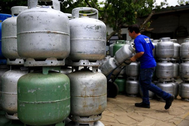 PORTO ALEGRE, RS, BRASIL, 13-11-2018: José Alós da Silveira na distribuidora de gás Copagaz, no bairro São José, onde trabalha. Aumento do preço do gás. (Foto: Mateus Bruxel / Agência RBS)