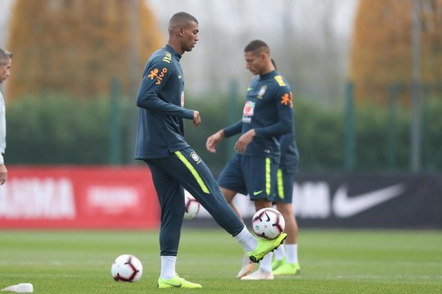 Seleção Brasileira treina para o amistoso contra o Uruguai, em Londres. Na foto, o volante Walace