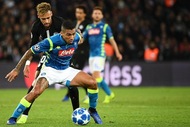 Napolis Brazilian midfielder Allan (front L) vies for the ball with Paris Saint-Germains Brazilian forward Neymar during the UEFA Champions League Group C football match between Paris Saint-Germain and SSC Napoli at the Parc des Princes stadium, in Paris, on October 24, 2018. (Photo by FRANCK FIFE / AFP)