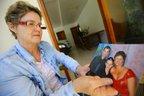 Adriane segura foto do casal com o filho, hoje com 26 anos. Por ele ser gerente de banco, sempre tive um certo medo, diz (Agencia RBS/Lauro Alves)