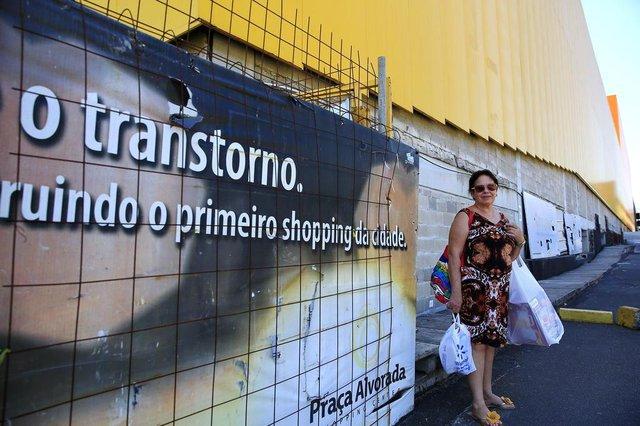 ALVORADA, RS, BRASIL, 20-11-2018: Sandra Barros concede entrevista sobre construção de shopping em Alvorada. As obras do empreendimento estão paradas há meses. (Foto: Mateus Bruxel / Agência RBS)