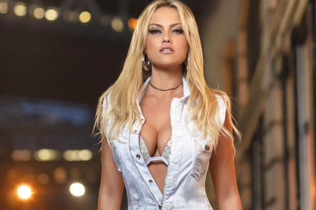 A atriz Ellen Rocche foi a estrela da campanha da Pit Bull Jeans, fotografada em Nova Iorque. Ela está no ar como a Capitu, na quarta temporada da Escolinha do Professor Raimundo.