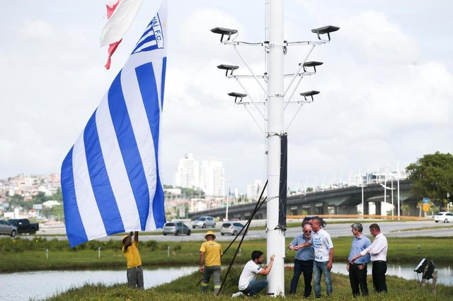 FLORIANÓPOLIS, SC, BRASIL, 28/11/2018: Marquinhos Santos, hasteia bandeira do Avaí na cabeceira de uma das pontes. (FOTO: CRISTIANO ESTRELA / DIÁRIO CATARINENSE)