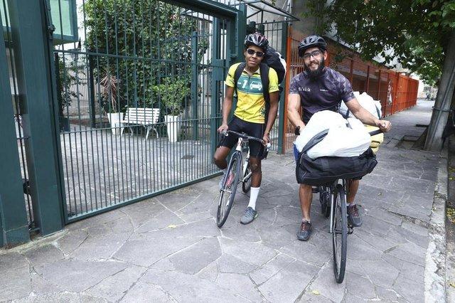 PORTO ALEGRE, RS, BRASIL, 27-11-2018. Rapaz faz transporte de doações de bicicleta. Ele leva as doações para uma Associação de Moradores no Lami. (ISADORA NEUMANN/AGÊNCIA RBS)Indexador: ISADORA NEUMANN