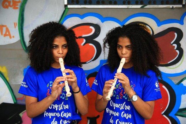 PORTO ALEGRE -RS BR - 28.11.2018Orquestra da Pequena Casa da Criança, bairro Partenon.Kettlyn ( a esquerda) e a irmã gêmea Keylla da Silva Correa (direita), tocam flauta.FOTÓGRAFO: TADEU VILANI AGÊNCIARBS Editoria DG