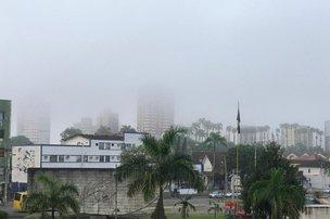 Dia começou com bastante neblina na maioria das regiões da cidade (NSC TV/Kleber Pizzamiglio)