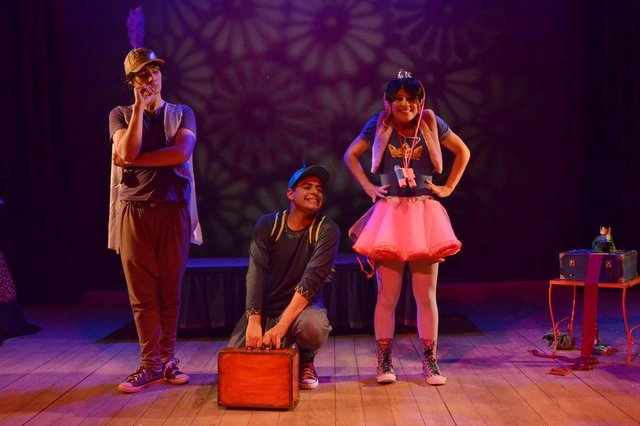 Espetáculo Príncipes, princesas, sapos e lagartos, da Cia Stravaganza de Teatro de Porto Alegre, apresenta no Theatro Treze de Maio