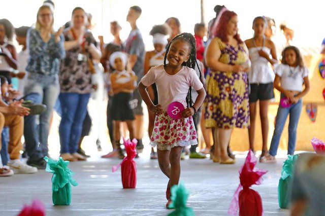 PORTO ALEGRE, RS, BRASIL 07/12/2018 - Escola Grande Oriente promove desfile de crianças enaltecendo a beleza negra. (FOTO: ROBINSON ESTRÁSULAS/AGÊNCIA RBS)