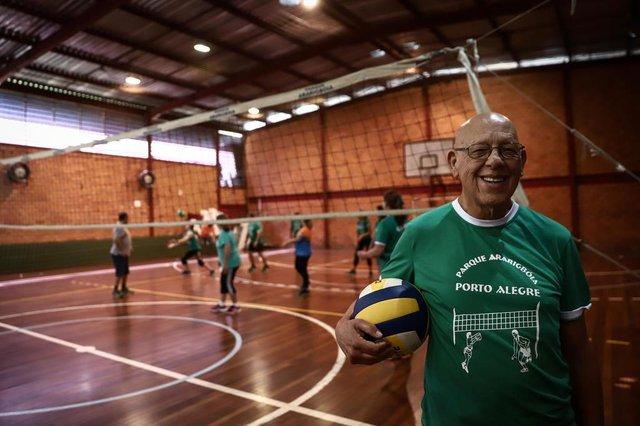PORTO ALEGRE, RS, BRASIL, 03/12/2018 - Presidente da Federação Gaúcha de Jogos Adaptados para Idosos, José Albino Maciel, 80 anos durante o treino da equipe Ararigbóia de Câmbio para idosos. O câmbio é um jogo de voleibol adaptado, que faz uso da quadra e da bola de vôlei.  (FOTOGRAFO: CARLOS MACEDO / AGENCIA RBS)Indexador: Carlos Macedo