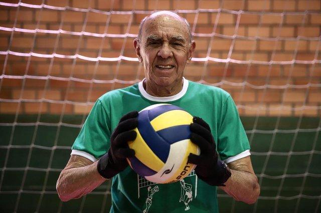 PORTO ALEGRE, RS, BRASIL, 03/12/2018 - Celso Mayer Costa, 79 anos, monta a rede para o treino da equipe Ararigbóia de Câmbio para idosos. O câmbio é um jogo de voleibol adaptado, que faz uso da quadra e da bola de vôlei.  (FOTOGRAFO: CARLOS MACEDO / AGENCIA RBS)Indexador: Carlos Macedo