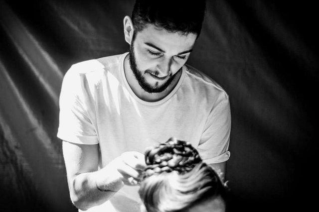 Dionatan Nunes, cabeleireiro que oferece curso para penteados de prenda
