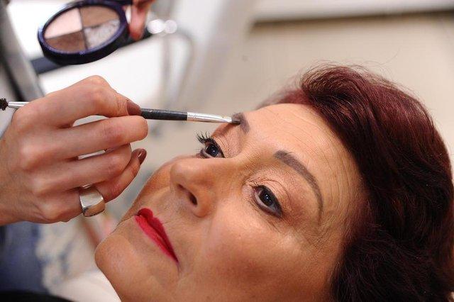 CAXIAS DO SUL, RS, BRASIL. 10/12/2018Professora Marina Corazza Correa ensina passo a passo para maquiagem em pele madura e negra. Na foto modelo Renata Correa, 61 anos. (Antonio Valiente/Angência RBS)