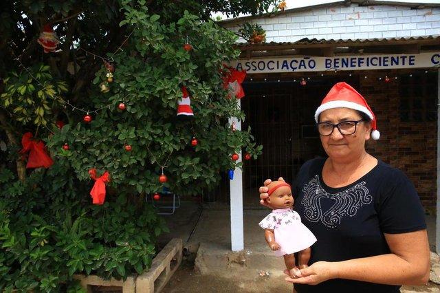 ALVORADA, RS, BRASIL, 12/12/2018 - Preparativos para festa comunitária de Natal. Na foto - Maria Elaine da Silva, 59 anos, organiza uma festa de Natal para os moradores do bairro Nova Americana, em Alvorada, todos os anos, no dia 25 de dezembro. A boneca que ela esta segurando é de fábricação próprioa. (FOTOGRAFO: TADEU VILANI / AGENCIA RBS)