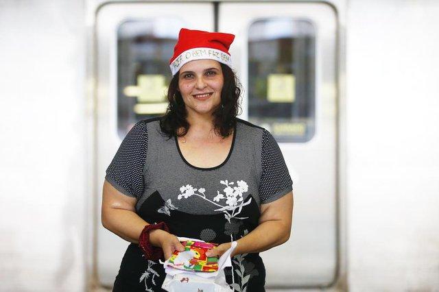PORTO ALEGRE, RS, BRASIL, 14-12-2018: Grupo de moradores que se une para ajudar pessoas ao longo do ano vai realizar festa de Natal no dia 22 na estação Mercado do trensurb. Na foto, Carmen Duarte Canto (FOTO FÉLIX ZUCCO/AGÊNCIA RBS, Editoria de Geral).