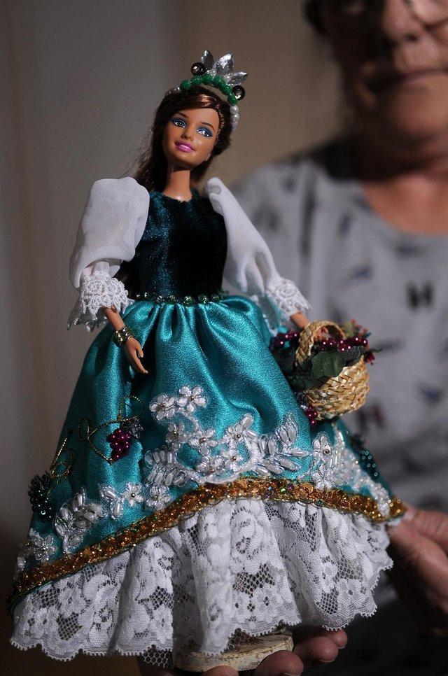 CAXIAS DO SUL, RS, BRASIL, 08/01/2019 - Eliana Konrath cria peças únicas para bonecas tendo como inspiração os vestidos da Rainha e Princesas da Festa da Uva. (Marcelo Casagrande/Agência RBS)