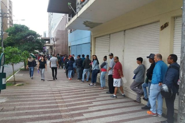 Procura por vagas de emprego gera fila de meio quarteirão no Sine de Caxias.