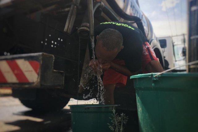 Sem água, moradores formam filas para encher baldes e galões em caminhões pipa na Lomba do Pinheiro.