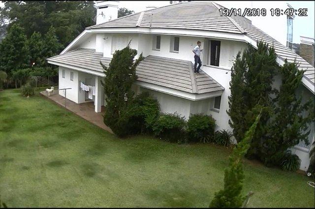 Dentista é visto caminhando em telhado e mexendo em câmeras na casa vizinha