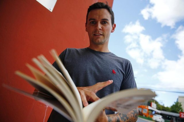 PORTO ALEGRE, RS, BRASIL, 05-02-2019: Ezequiel Nickel comprou livros didáticos usados para o filho utilizar em curso de inglês. Matéria sobre como economizar nos livros didáticos escolares (FOTO FÉLIX ZUCCO/AGÊNCIA RBS, Editoria SuaVida).
