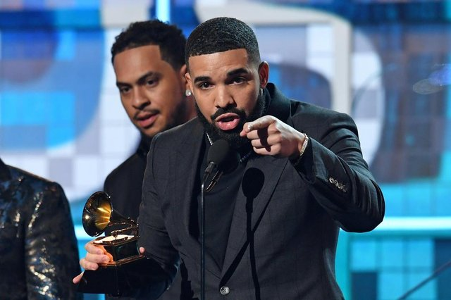 Canadian rapper Drake accepts the award for Best Rap Song for Gods Plan during the 61st Annual Grammy Awards on February 10, 2019, in Los Angeles. (Photo by Robyn Beck / AFP)Editoria: ACELocal: Los AngelesIndexador: ROBYN BECKSecao: musicFonte: AFPFotógrafo: STF