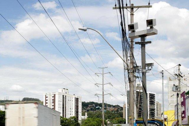 PORTO ALEGRE, RS, BRASIL, 11/02/2019: Faixa azul exclusiva para ônibus e câmeras de segurança são instaladas na Avenida Ipiranga. (CAMILA DOMINGUES/AGÊNCIA RBS)