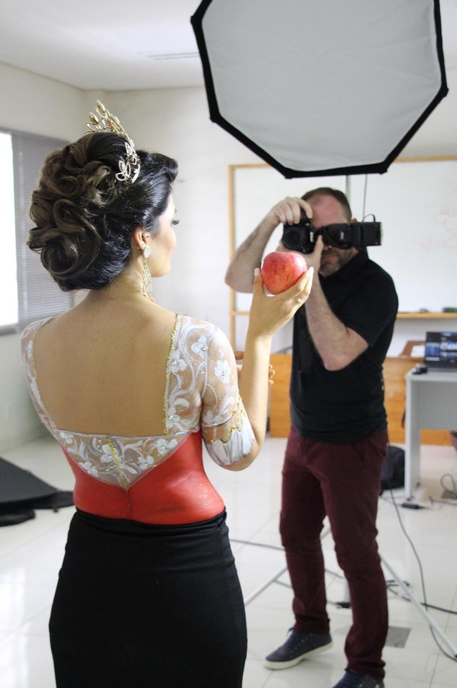 A imperatriz da X Femaçã, Fernanda Fracasso, posa para o fotógrafo Vilson Paludo com a fruta que é a estrela da festa.