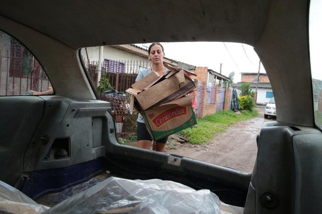 ALVORADA-RS- BRASIL- 15/02/2019- Priscila Alves Silva, recolhe material reciclável para ajudar animais de rua. Priscila arrecada material na comunidade de Alvorada.   FOTO FERNANDO GOMES/ DIÁRIO GAÚCHO.
