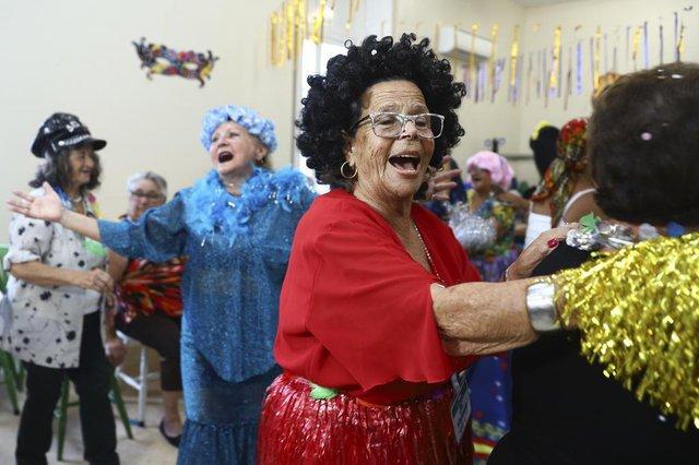 PORTO ALEGRE, RS, BRASIL, 28.02.2019. Baile de carnaval no Asilo Padre Cacique.FOTO: ISADORA NEUMANN/AGÊNCIA RBSIndexador: ISADORA NEUMANN