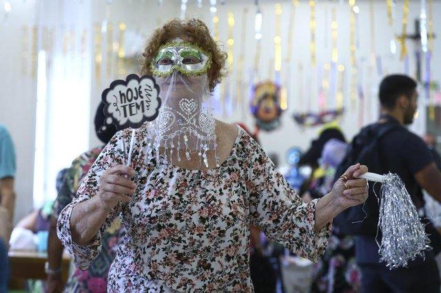 PORTO ALEGRE, RS, BRASIL, 28.02.2019. Baile de carnaval no Asilo Padre Cacique.Na foto, Terezinha Ferreira Ramos, 80 anos (moradora).FOTO: ISADORA NEUMANN/AGÊNCIA RBSIndexador: ISADORA NEUMANN