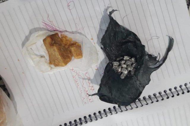 Uma mulher foi presa por tráfico de drogas em Canela na tarde desta quinta-feira. Segundo a Polícia Civil, a investigada não tinha antecedentes criminais, mas é companheira de um traficante que foi preso anteriormente na mesma residência conhecida pela venda de drogas.