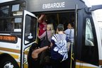 Passageiros sobem com dificuldade no coletivo (Agencia RBS/Ronaldo Bernardi)