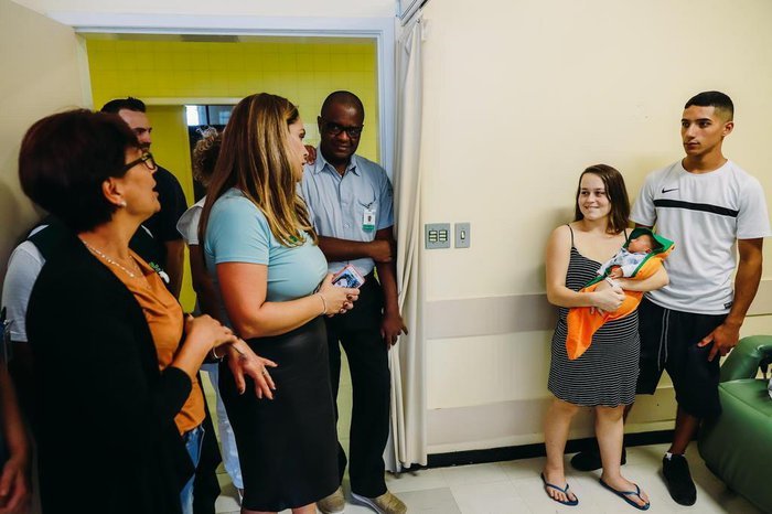 Equipe do Hospital de Clínicas entrega cueiro aos pais de Caio