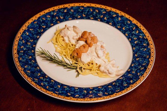 Chef Liliane Trentin, do Nostra Cucina Ristorante, em Caxias, prepara espaguete com camarão como opção para a Páscoa.