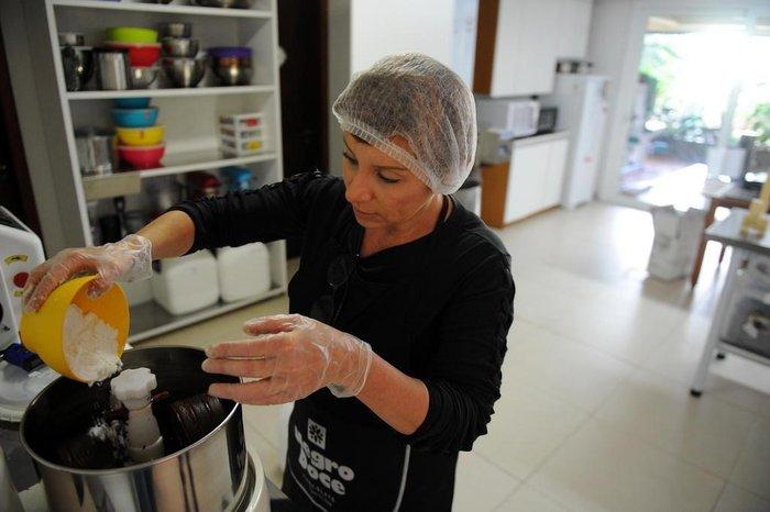 Ana controla todo o processo de produção do chocolate