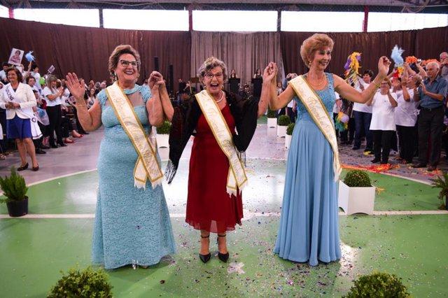 Juvenila Kurmann Bertollo, de Farroupilha, é eleita rainha regional da terceira idade. Princesas eleitas: Marilene Cesca Amaro, 72, representante de Antônio Prado, e Loreni Melchior Simões Pires Cantoni, 64, de Monte Belo do Sul.