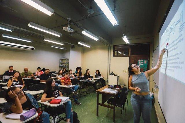PORTO ALEGRE, RS, BRASIL,12/04/2019: Paola Borges, que foi aluna do cursinho pré-vestibular Resgate Popular e, atualmente, é voluntária do projeto . (Foto: Omar Freitas / Agência RBS)