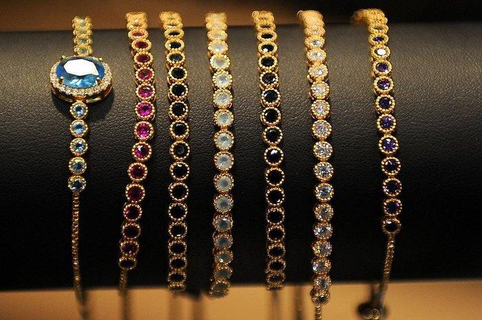 Pulseiras (folheadas a ouro): de R$ 145 a R$ 160