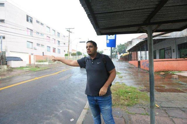 PORTO ALEGRE, RS, BRASIL, 14/05/2019- Atraso nos ônibus da linha T3. Na foto- Carlos Augusto Conceição Ribeiro. (FOTOGRAFO: JÚLIO CORDEIRO / AGENCIA RBS)