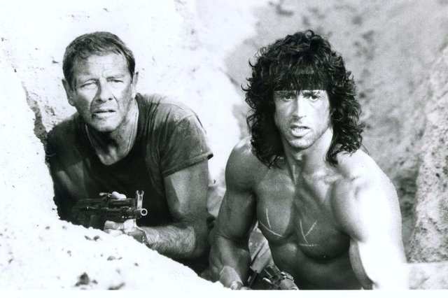 Cena do Filme Rambo 3. Na foto, os atores Richard Crenna (esquerda) e Sylvester Stallone (direita).Não Publicada** FILE ** Actors Richard Crenna, left, is shown in character as Col. Trautman, with Slyvester Stallone as Rambo in the movie Rambo III in this 1988 handout photo.  Crenna, the Emmy award-winning character actor who starred as a lovesick teenager on Our Miss Brooks and Sylvester Stallones Green Beret mentor in the Rambo films, died Saturday, Jan. 18, 2003. He was 76.  (AP Photo/Tri-Star Pictures, File)#PÁGINA:32 Fonte: AP Fotógrafo: Não se Aplica